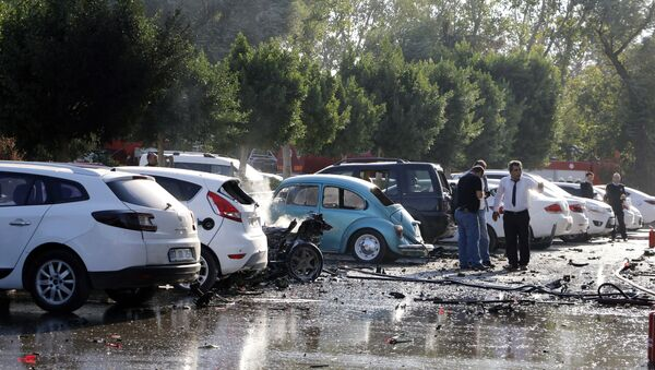 Officials investigate the site after an explosion in Turkey's Mediterranean resort of Antalya, Turkey, Tuesday, Oct. 25, 2016 - Sputnik Italia