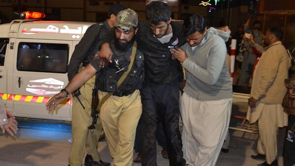 A Pakistani volunteer and a police officer rush an injured person to a hospital in Quetta, Pakistan, Monday, Oct. 24, 2016, after two separate attacks in Pakistan - Sputnik Italia