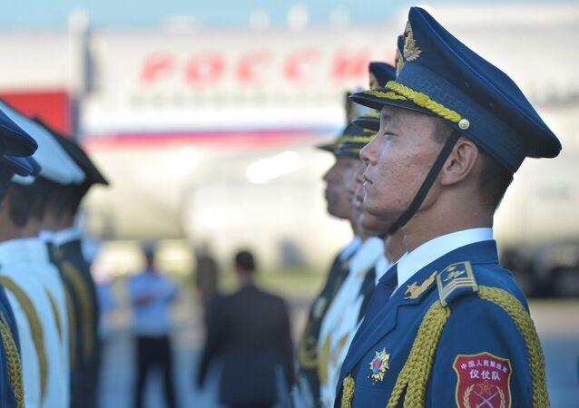 Soldato cinese all'aeroporto all'arrivo di Putin per il G-20