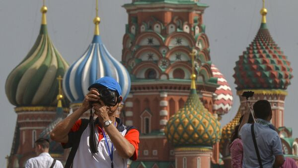 A tourist takes pictures on Red Square, Moscow. - Sputnik Italia