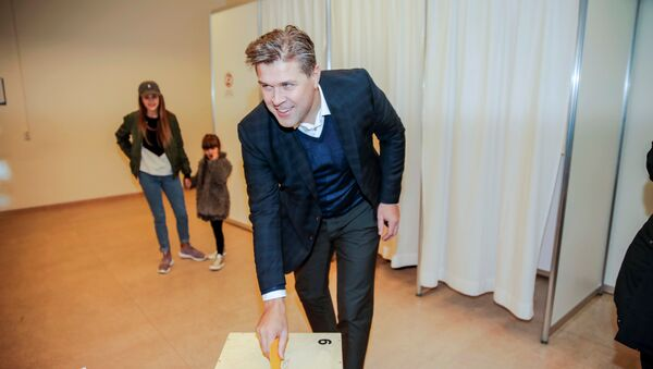 Bjarni Benediktsson of the Independence Party votes during the parliamentary election in Kopavogur, Iceland October 29, 2016. - Sputnik Italia