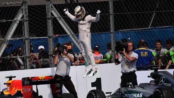 Британский гонщик Льюис Хэмилтон празднует победу в Гран-при Мексики - Sputnik Italia