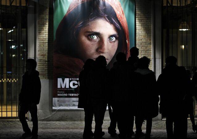Un poster della Ragazza afgana