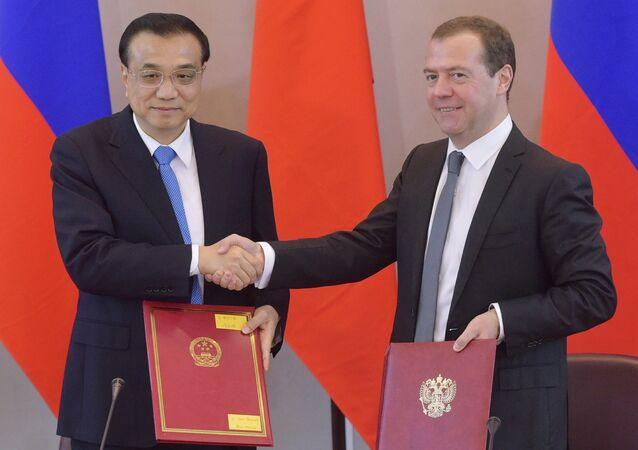 Il premier russo Dmitry Medvedev e il premier cinese Li Keqiang.