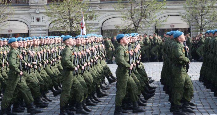 Paracadutisti russi alla prova della Parata della Vittoria.