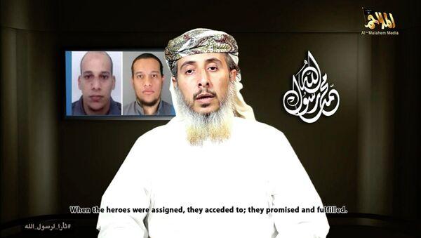 Nasser bin Ali al-Ansi, a leader of the Yemeni branch of al Qaeda (AQAP), speaks as an image of brothers Cherif Kouachi - Sputnik Italia