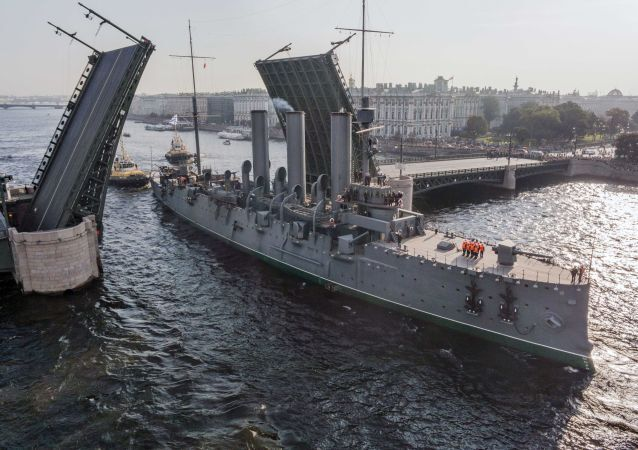 L'incrociatore Aurora sul fiume Neva