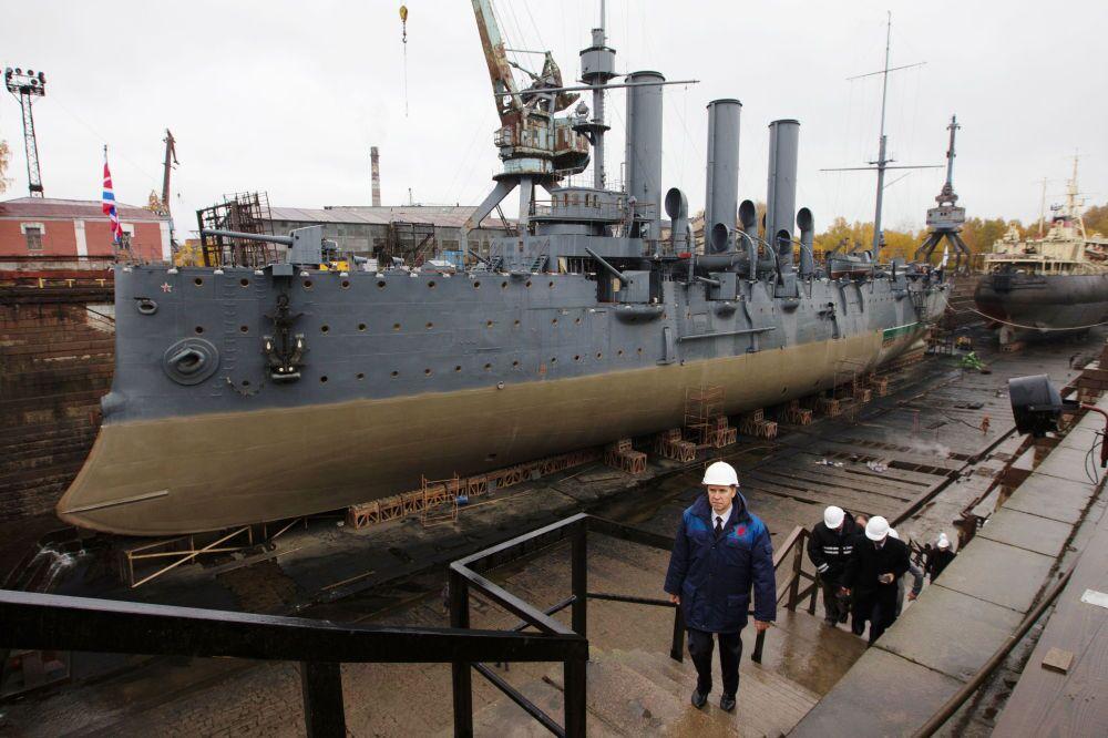 La nave-museo Aurora durante il restauro