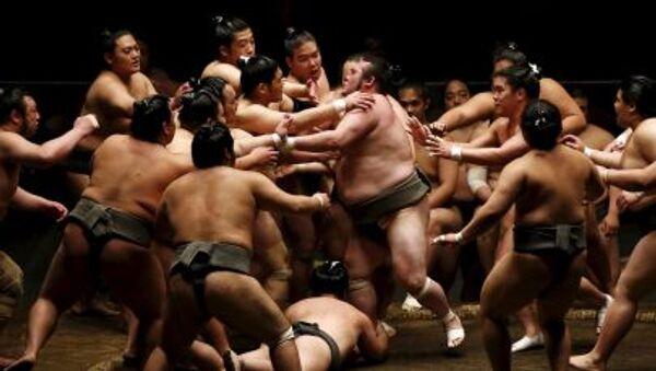 Lottatori di sumo del clan Nishonoseki durante un allenamento - Sputnik Italia