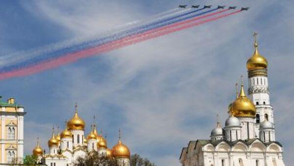 I SU-25 scrivono nel cielo i colori della bandiera russa - Sputnik Italia