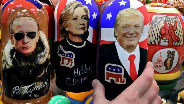 Tipiche bambole russe di legno Matryoshka che rappresentano Putin, Clinton e Trump - Sputnik Italia