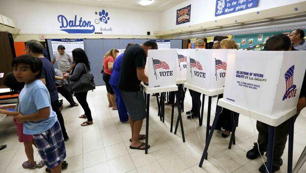 Votazione in un seggio elettorale a Azusa, California - Sputnik Italia