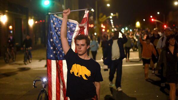 Protesters against president-elect Donald Trump march through Oakland, California, U.S., November 9, 2016 - Sputnik Italia