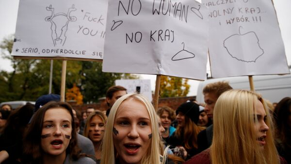 Women shout slogans as they gather in an abortion rights campaigners' demonstration to protest against plans for a total ban on abortion in front of the ruling party Law and Justice (PiS) headquarters in Warsaw, Poland October 3, 2016. - Sputnik Italia