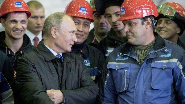 Президент РФ Владимир Путин во время беседы с рабочими в цехе корпусной сборки предприятия АО Астраханское судостроительное производственное объединение - Sputnik Italia
