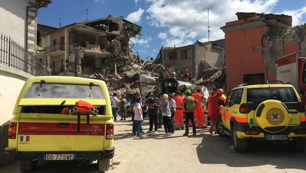 People on the site where buildings were destroyed by an earthquake in Amatrice - Sputnik Italia