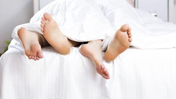 Пара молодых людей в кровати - Sputnik Italia