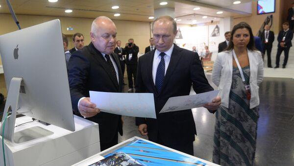 Vladimir Putin in visita a Rossiya Segodnya - Sputnik Italia