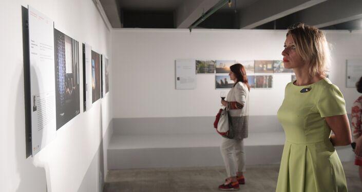 Maria Zakharova osserva le foto finaliste del concorso Stenin