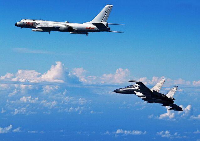 Caccia cinese Su-30 e bombardiere cinese H-6K