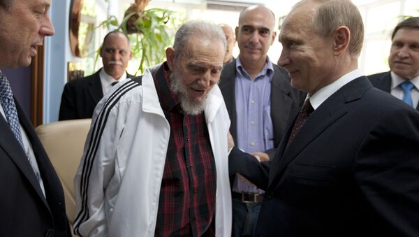 FILE - In this July 11, 2014 file photo, Cuba's Fidel Castro, center, visits with Russia's President Vladimir Putin, right, in Havana, Cuba. Social media around the world have been flooded with rumors of Castro's death, but there was no sign Friday, Jan. 9, 2015, that the reports were true, even if the 88-year-old former Cuban leader has not been seen in public for months - Sputnik Italia