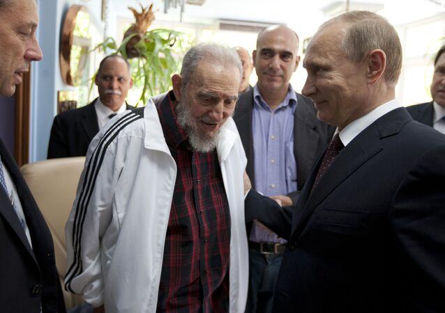 Vladimir Putin e Fidel Castro (foto d'archivio)