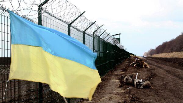 Bandiera ucraina al confine tra l'Ucraina e la Russia - Sputnik Italia