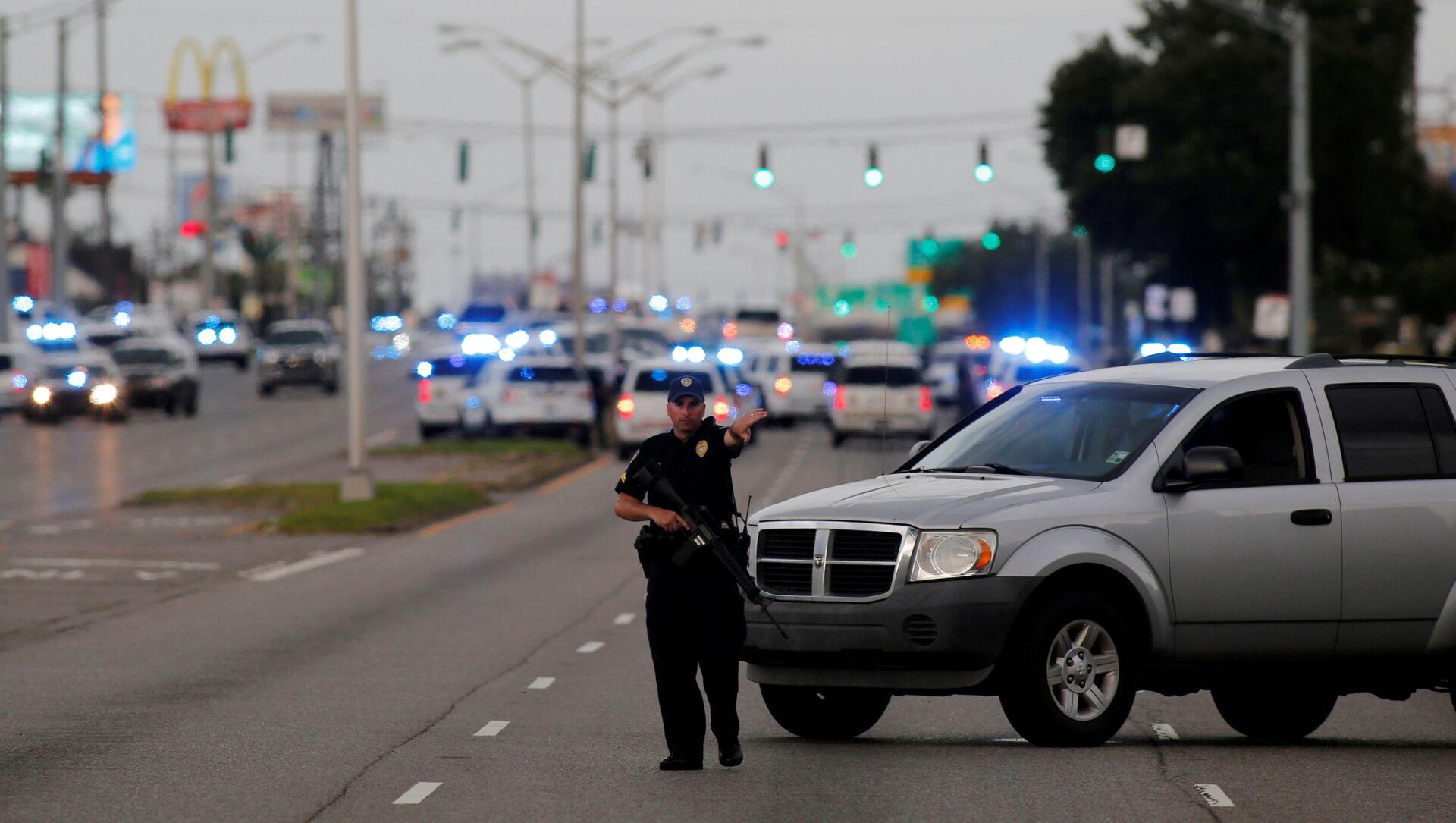 Полиция блокирует дорогу в городе Батон-Руж, штат Луизиана  - Sputnik Italia, 1920, 19.04.2021
