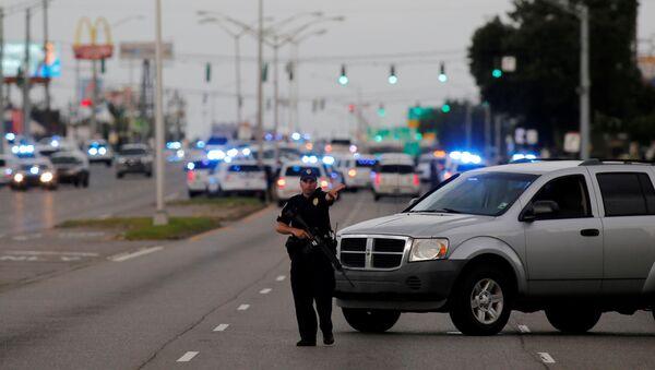 Полиция блокирует дорогу в городе Батон-Руж, штат Луизиана - Sputnik Italia