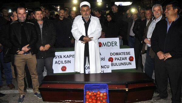 Antalya'da, domates ihracındaki engellerin kaldırılmasına yönelik çalışma yapılmasını isteyen üretici, durumu protesto için içinde domates bulunan tabut önünde temsili cenaze namazı kıldı. - Sputnik Italia