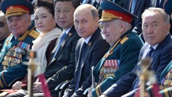 Президент Российской Федерации Владимир Путин (третий справа) во время военного парада в ознаменование 70-летия Победы в Великой Отечественной войне 1941-1945 годов - Sputnik Italia