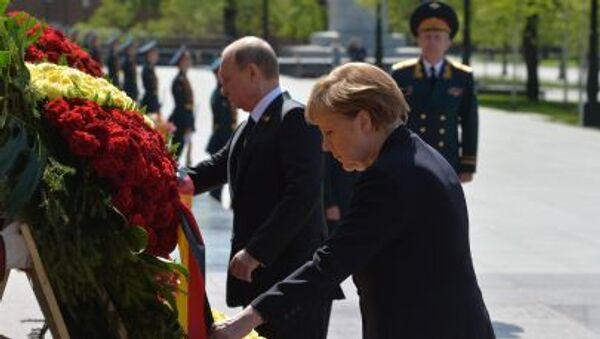 Церемония возложения цветов к Могиле Неизвестного солдата канцлером Германии Ангелой Меркель и президентом России Владимиром Путиным - Sputnik Italia