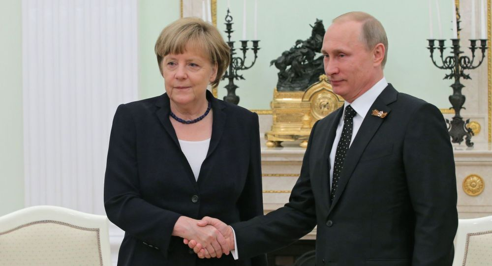 Vladimir Putin ed Angela Merkel (foto d'archivio)