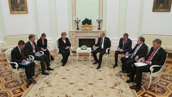 Канцлер Германии Ангела Меркель с президентом Российской Федерации Владимиром Путиным во время встречи в Кремле - Sputnik Italia