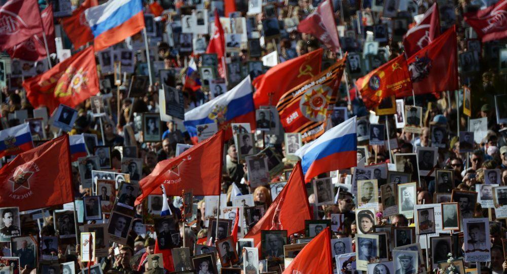 Corteo di Reggimento immortale in Piazza Rossa di Mosca