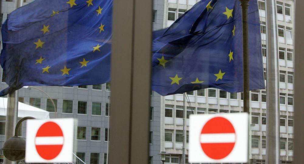Bandiera UE riflessa dai vetri di una porta