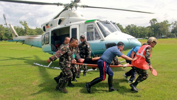 Soldiers carry on a stretcher a wounded member of Philippine President Rodrigo Duterte's presidential security group who was airlifted at an army camp in Cagayan de Oro after being hit in a roadside bomb attack in Lanao del Sur, Philippines November 29, 2016. - Sputnik Italia