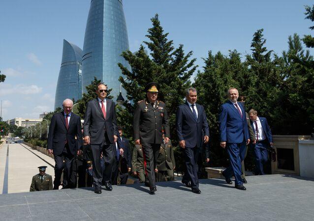 Il ministro della Difesa azero Hasanov Zakir e il suo omologo russo Sergei Shoigu