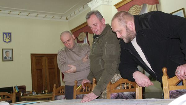 Dmytro Yarosh (left) pictured with Ukrainian Chief of General Staff Viktor Muzhenko (center). - Sputnik Italia