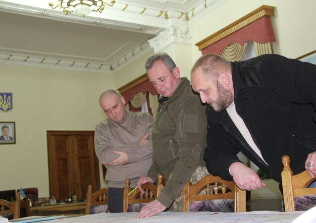 Capo di Stato Maggiore ucraino Viktor Muzhenko (al centro) con il leader di Pravy Sektor Dmytro Yarosh (a sinistra)