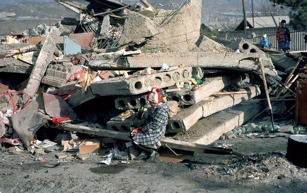 Bambino seduto sulle macerie della sua casa - Sputnik Italia