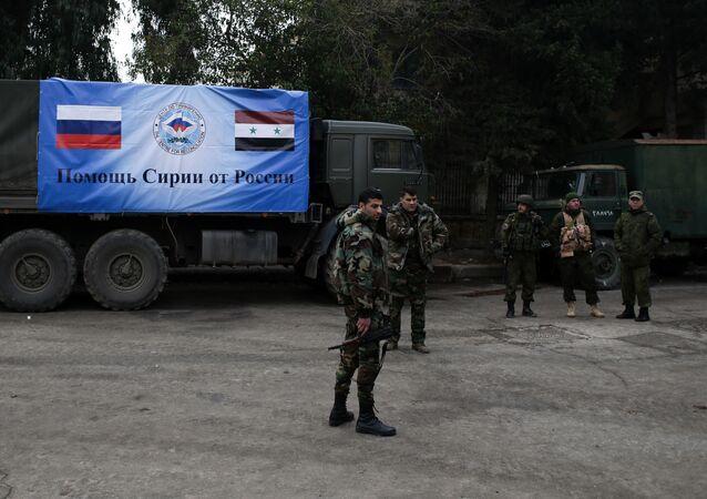 Militari della Russia e Siria vicino a un camion del convoglio umanitario russo