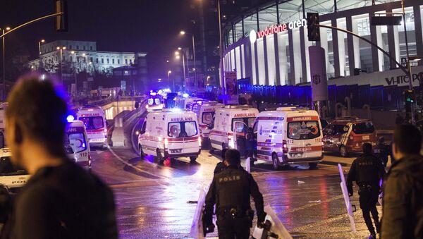 Polizia e ambulanze al luogo dell'esplosione vicino a Vodafone Arena a Istanbul - Sputnik Italia
