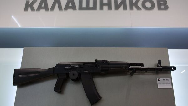 AK-74 assault rifle is sold at a newly opened store of Concern Kalashnikov at Sheremetevo Airport - Sputnik Italia