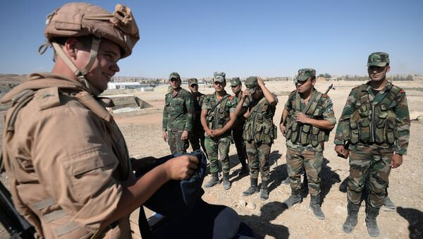 Soldato russo addestra militari siriani a Palmira - Sputnik Italia