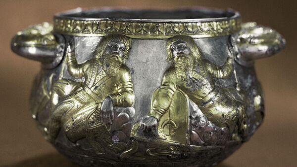 Серебряная, покрытая золотом чаша с изображением воинов на отдыхе - Sputnik Italia
