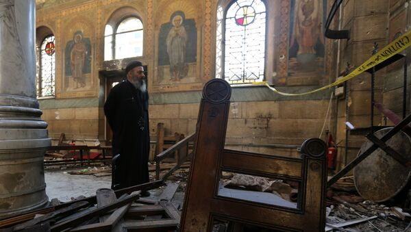 A Coptic priest stands at the scene following a bombing inside Cairo's Coptic cathedral in Egypt December 11, 2016 - Sputnik Italia