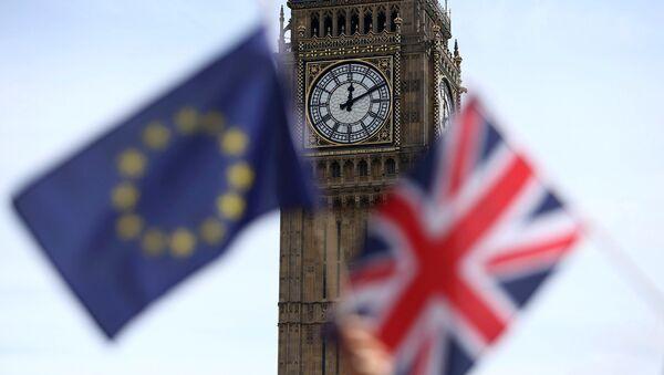 Participants hold a British Union flag and an EU flag during a pro-EU referendum event at Parliament Square in London. - Sputnik Italia