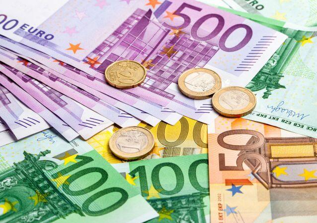 """Secondo un recente sondaggio del Centro Europa Ricerche, il 52% dei tedeschi è oggi """"molto favorevole"""" alla moneta unica"""
