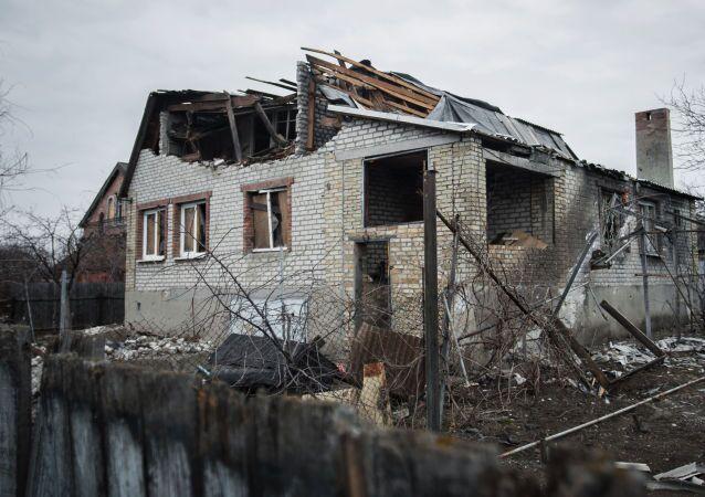 Una casa distruttra del villaggio Vesyoly, vicino all aeroporto di Donetsk